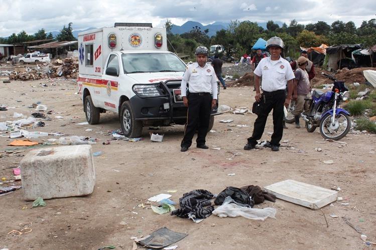 Socorristas observan cadáver de recién nacido, en basurero de la cabecera de Chimaltenango. (Foto Prensa Libre: Víctor Chamalé)