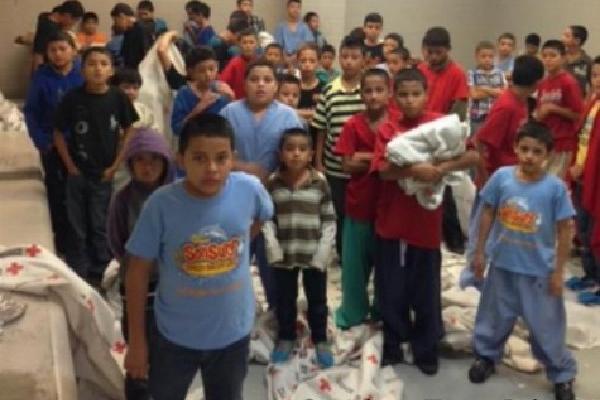 <p>Menores en un centro migratorio de Texas, deben compartir áreas que carecen de espacios adecuados. (Foto Prensa Libre: Brandon Darby)<br></p>