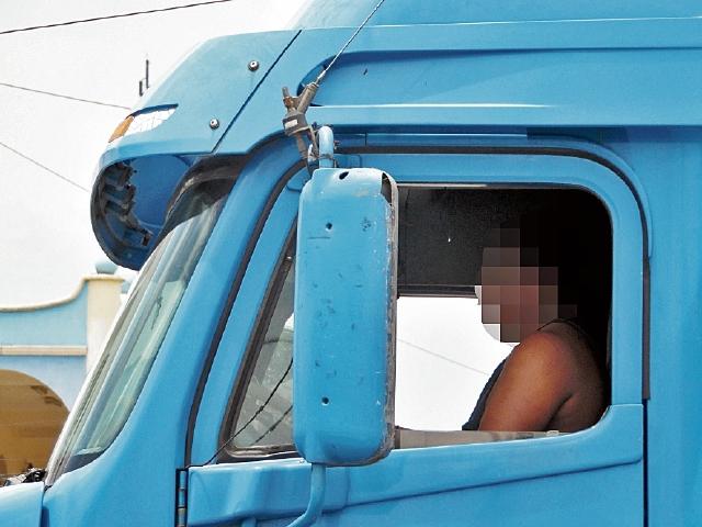 Pilotos se ven afectados por el estrés al permanecer largo tiempo en los  atascos de Chimaltenango. (Foto Prensa Libre: José Rosales).