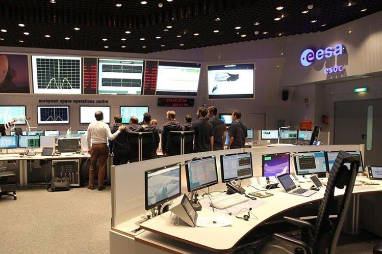Equipo que coordinó el descenso de la sonda en el centro de operaciones de la Agencia Espacial Europea. (Foto Prensa Libre: AFP)