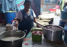 Elisabeth de Jolón prepara tamales de carne para venderlos un sábado. (Foto Prensa Libre: Óscar García)