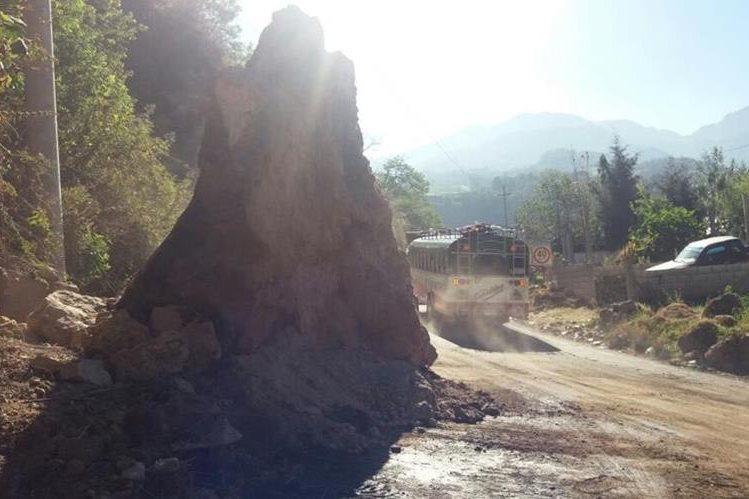 Derrumbe ubicado en el km 211 de la ruta entre Xela y Reu dificulta el tránsito. (Foto Prensa Libre: María José Longo)