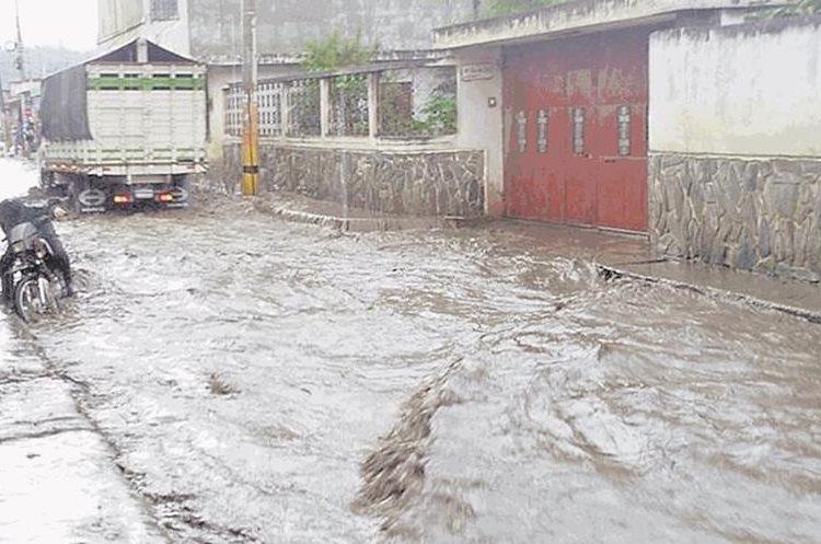 Calles de El Tejar, Chimaltenango, se inundan cada vez que llueve y los vecinos señalan indiferencia de las autoridades municipales. (Foto Prensa Libre: Hemeroteca PL)