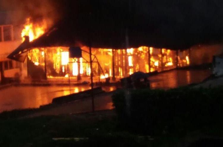Fuego destruye salón de usos múltiples en Nuevo San Carlos, Retalhuleu. (Foto Prensa Libre: Rolando Miranda).