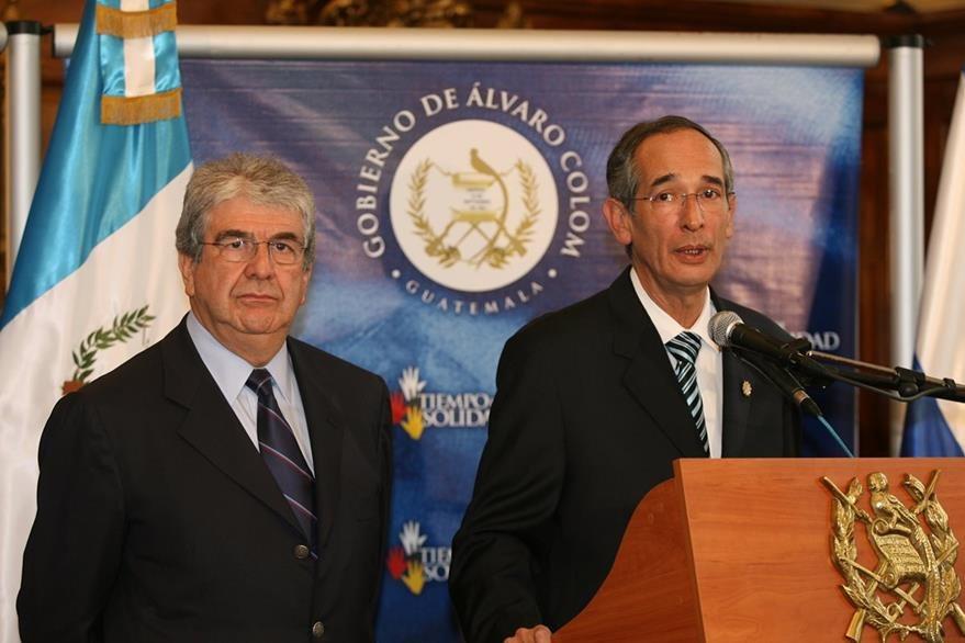 Rafael Espada (izq), Vicepresidente de la RepϜblica, y Alvaro Colom, Presidente de la RepϜblica anuncian su apoyo al depuesto presidente de Honduras, Manuel Zelaya.  (Foto: Hemeroteca PL)