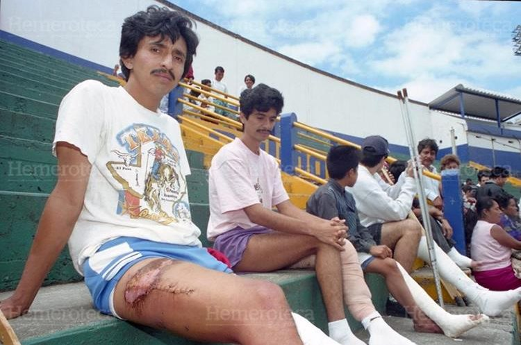Familiares y sobrevivientes de la tragedia del Estadio Mateo Flores, fueron citados por el Ministerio Publico (MP) para continuar con las investigaciones  y la reconstrucción de los hechos como parte de la investigación.  31/10/1996. (Foto: Hemeroteca PL)