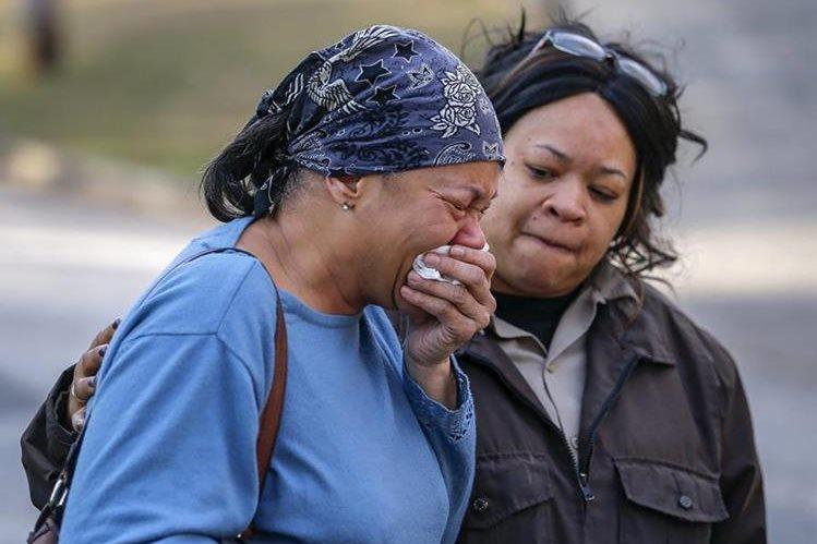 Familiares y amigos de las víctimas lloran en el lugar donde ocurrió la tragedia. (Foto Prensa Libre: EFE).
