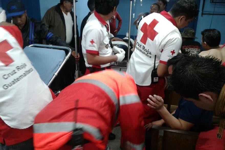 Socorristas trasladan a los heridos a distintos centros asistenciales.(Foto Prensa Libre: Cortesía)