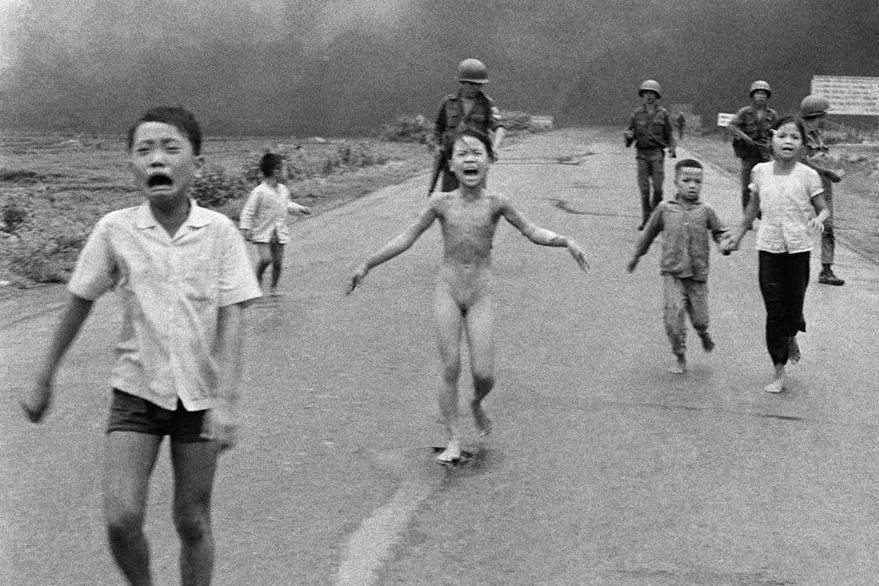 Una de las imágenes más desgarradoras de la guerra de Viet Nam fue protagonizada por la pequeña Kim Phuc una niña de 9 años que corre después de las bombas de napalm. La bomba quemó las ropas y el 65% del cuerpo de la niña, en el pueblo de Kim Phuc(Trang Bang). La foto es del 8 de junio de 1972, el autor: Nick Ut. (Foto Prensa Libre: Hemeroteca PL).