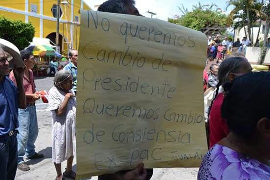 Un hombre sostiene un cartel donde muestra su apoyo a presidente Jimmy Morales. (Foto Prensa Libre: Mario Morales)