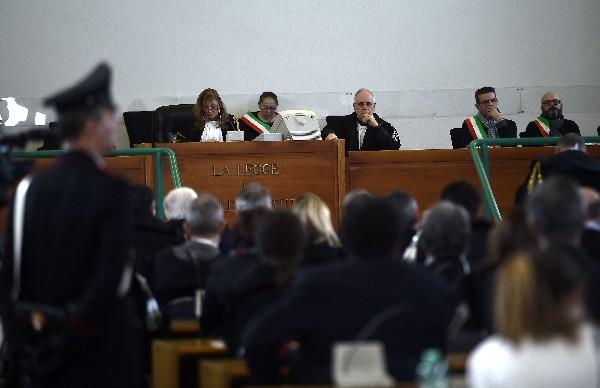 Los jueces escuchan los argumentos legales de la defensa.