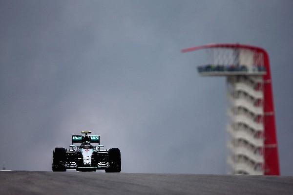 El piloto Nico Rosberg, en acción, durante las prácticas. (Foto Prensa Libre: AFP).