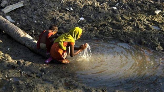 Las fuentes de agua dulce son especialmente importantes después de un desastre natural, como ocurrió en Bangladesh después del ciclón Sidr en 2008. GETTY IMAGES