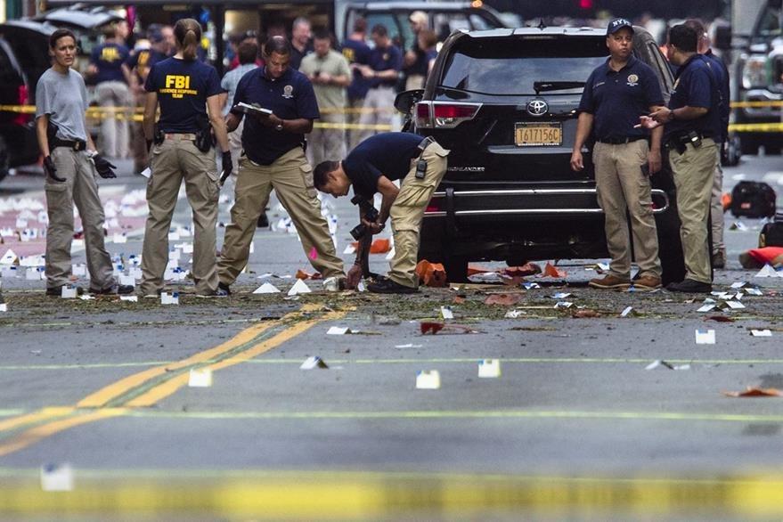 FBI recaba evidencias en el lugar de la explosión de Nueva York. (Foto Prensa Libre: AP)