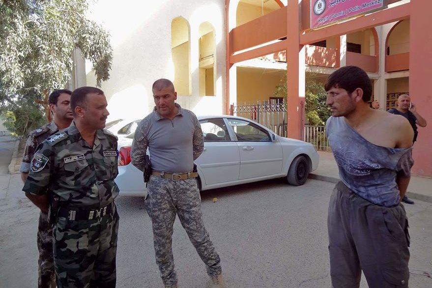 Autoridades detienen a un sospechoso de ser un atacante suicida de ISIS. (Foto Prensa Libre: AFP).