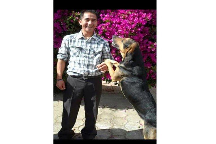 Anmer Escobar junto a su perro Spaicy que murió el lunes último. (Foto Prensa Libre: Cortesía).