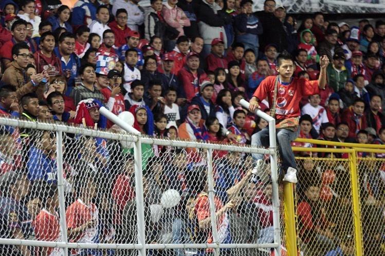 Los superchivos dieron todo para apoyar a su equipo. (Foto Prensa Libre: Carlos Ventura)