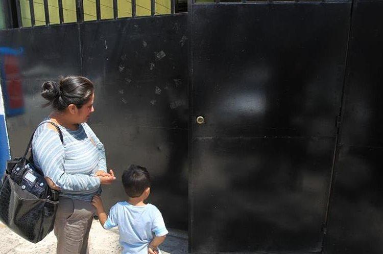 Una madre de familia busca información en el centro Álida España para que atiendan a su hijo, pero le informaron que no hay citas. (Foto Prensa Libre: Hemeroteca PL).