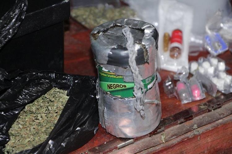 Un artefacto explosivo de fabricación casera destaca entre lo incautado este martes en Villa Nueva. (Foto Prensa Libre: Cortesía PNC)