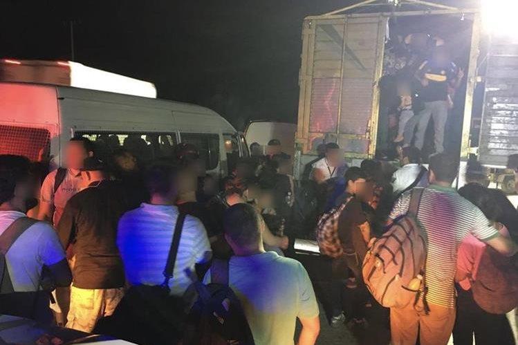 Migrantes son interceptados por la policía mexicana cuando viajaban sin permisos estatales. (Foto Prensa Libre: Hemeroteca PL)