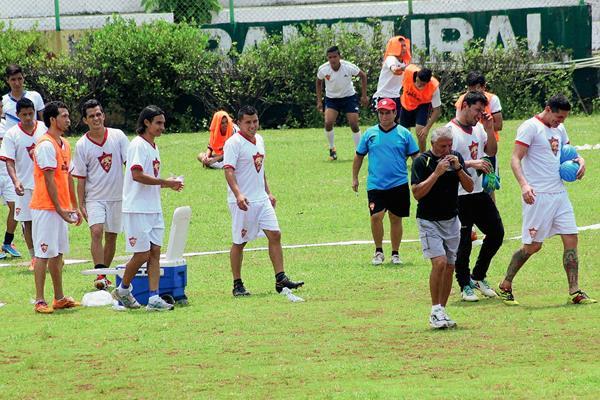Sergio Pardo —de negro— encabeza al grupo de futbolistas de Coatepeque que se entrenaron este viernes. (Foto Prensa Libre: Alexánder Coyoy)