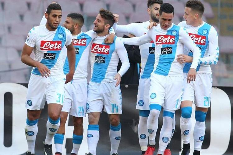 Los jugadores del Napoli festejan la goleada frente al Torino. (Foto Prensa Libre: AFP)
