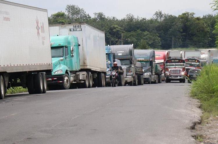 Los cargamentos se han atrasado más de un día y la ruta se ha extendido por 150 kilómetros. (Foto Prensa Libre: Hemeroteca PL)