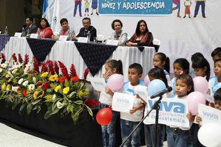 Un grupo de niños participa de la inauguración de la nueva fiscalía, en la sede del MP en la zona 1. (Foto Prensa Libre: Paulo Raquec)