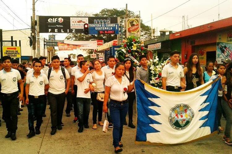 Estudiantes de la extensión de la Universidad de San Carlos acompañaron el sepelio de Urias Chilel Pérez. (Foto Prensa Libre: Whitmer Barrera)