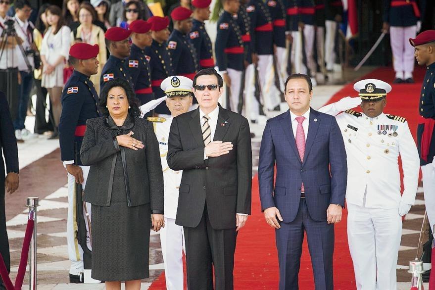 Ma Ying-Jeou,  es recibido por la presidenta del Senado dominicano, Cristina Lizardo, y el presidente de la Cámara de Diputados, Abel Martínez, a su llegada al Congreso Nacional de República Dominicana.(Foto Prensa Libre:  EFE).