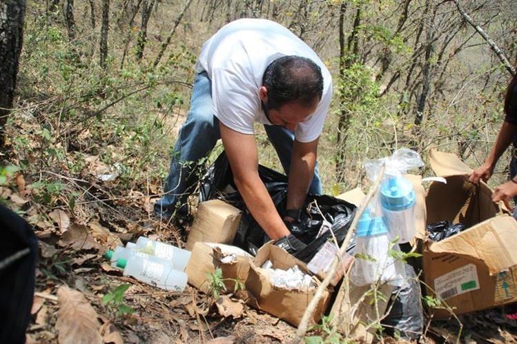 Vecino inspecciona algunas de las cajas con medicina localizadas en Huehuetenango. (Foto Prensa Libre: Mike Castillo).
