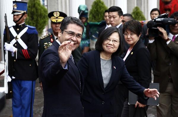 Tsai Ing-wen (d)saluda en Tegucigalpa junto a Juan Orlando Hernández(i). (AFP).