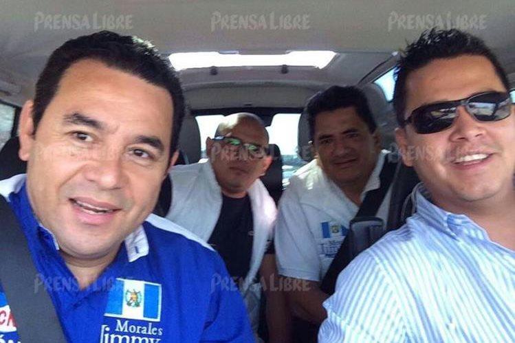Osiel Salcedo es la persona que viaja atrás de Jimmy Morales, entonces candidato presidencial. A la par del ahora gobernante se ve a Marvin Mérida, exembajador, durante uno de los viajes a Estados Unidos. (Foto Prensa Libre)