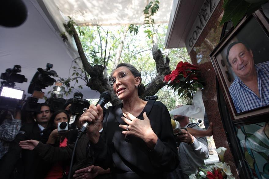 La actriz Florinda Meza, viuda de Roberto Gómez Bolaños, organizó la misa en el primer aniversario de la muerte de su esposo. (Prensa Libre: EFE)