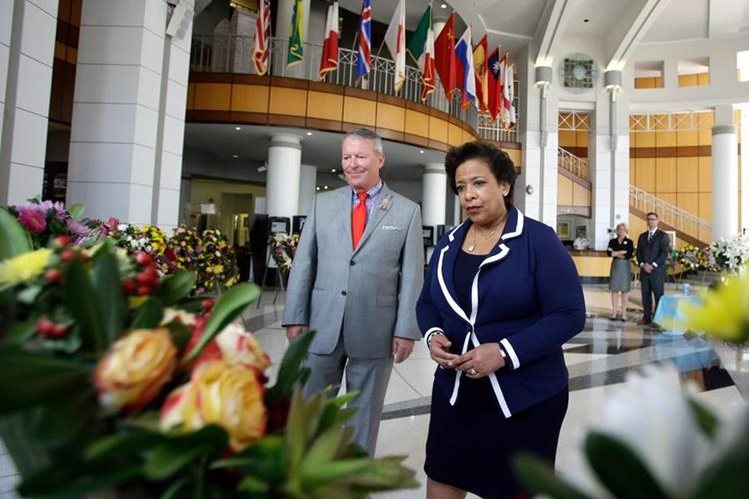 Loretta Lynch, fiscal general de EE. UU., visita un memorial de víctimas en Orlando. (Foto: AP)