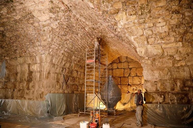 Parte del Muro de los Lamentos que se encontraba oculta. (Foto Prensa Libre: EFE)