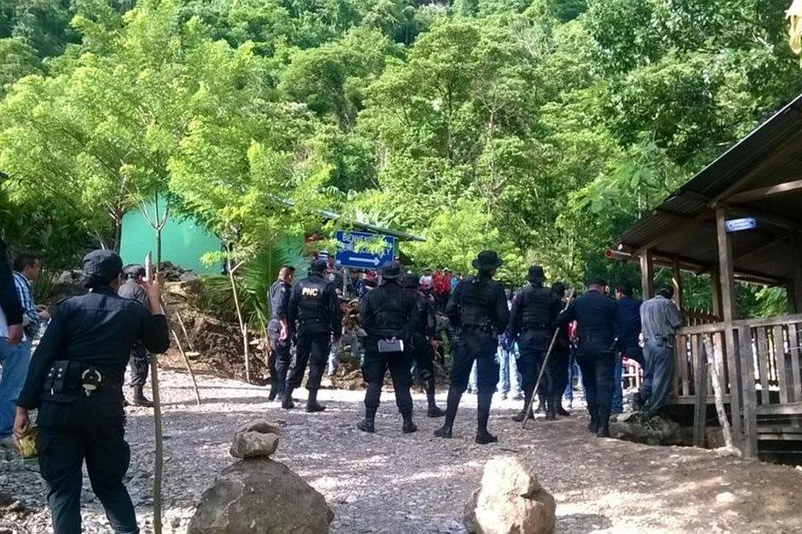 Policía Nacional Civil y Ministerio Público retomaron el control de Semuc Champey, el pasado miércoles. (Foto Prensa Libre: Hemeroteca)