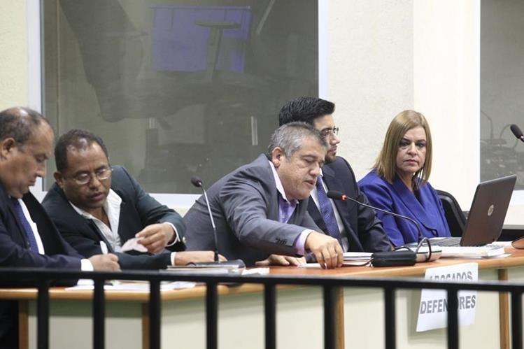 Los sindicados Santos Torres, Carlos Rodas y Anahy Keller junto a sus abogados durante una audiencia. (Foto Prensa Libre: Hemeroteca PL)
