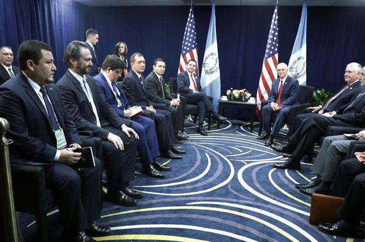 Reunión entre Jimmy Morales y Mike Pence con sus respectivas comitivas. (Foto Prensa Libre: Presidencia)