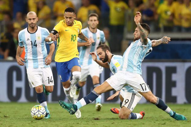 Neymar baila entre un mar de piernas argentinas. (Getty)