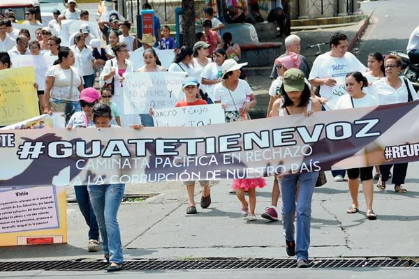Jóvenes marchan por calles de Retalhuleu para rechazar la corrupción y pedir la renuncia de el presidente y vicepresidenta de la República. (Foto Prensa Libre: Jorge Tizol)