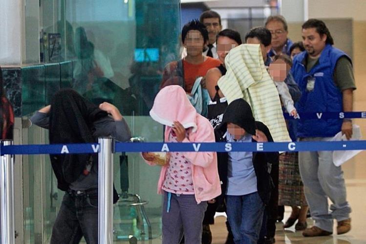 PERSONAL DE la Procuraduría General de la Nación conduce a un grupo de niños deportados desde México.