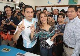 Jimmy Morales y su esposa Hilda Marroquín al emitir su sufragio este domingo. (Foto Prensa Libre: Esbin García)