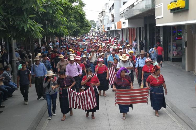 Hombres mujeres y niños participaron en la protesta indígena en la capital para exigir mayor acceso a la tierra. (Foto Prensa Libre: Érick Ávila)
