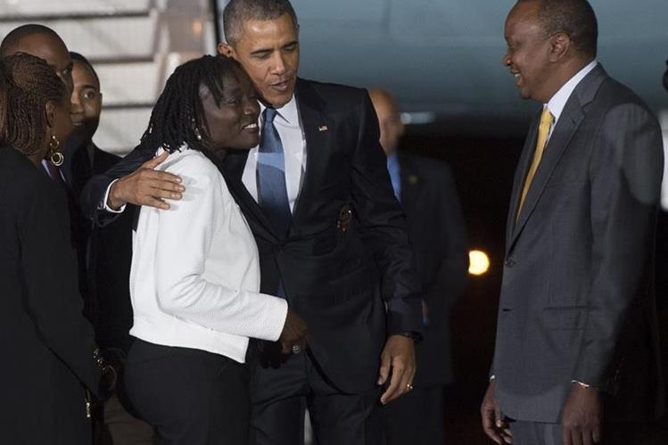 <em>Barack Obama saluda a su hermanastra Auma Obama junto al presidente keniano Uhuru Kenyatta, a su llegada al Aeropuerto Internacional de Kenyatta en Nairobi el 24 de julio del 2015. (Foto Prensa Libre: AFP).</em>