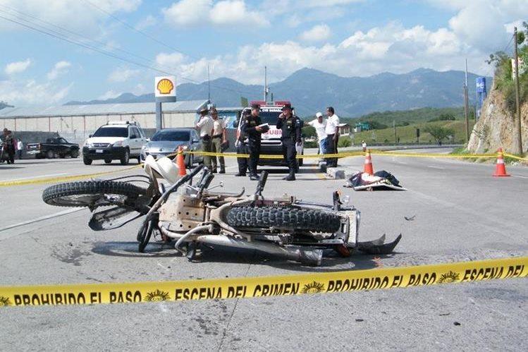 Autoridades del Ministerio Público llegaron al lugar donde ocurrió el accidente.(Foto Prensa Libre: H. Contreras)