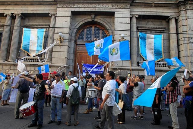 """Manifestantes colocan papel higiénico en el Palacio Legislativo para """"limpiar la porquería"""". (Foto Prensa Libre: Paulo Raquec)"""
