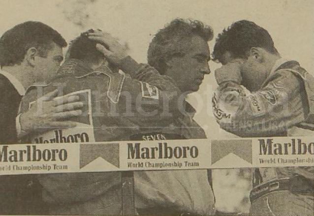 Los pilotos Nicoal Larini, izquierda, y Michael Schumacher, derecha, lloran ante la muerte de Ayrton Senna. (Foto: Hemeroteca PL)