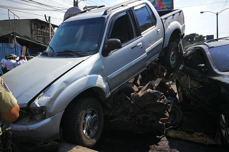 Varios vehículos se observan unos sobre otros, después del accidente