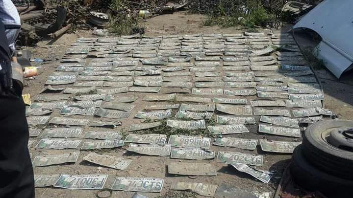 Placas de carros robados localizadas en el predio ubicado en Villa Nueva. Foto Prensa Libre: MP